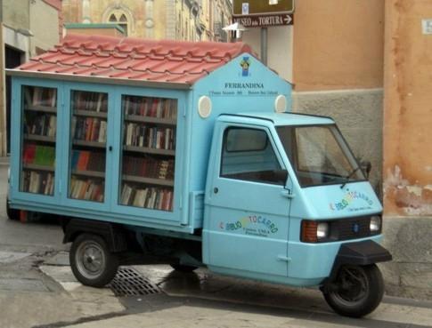Un maestro in apecar porta libri nei comuni lucani