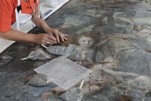 Intervento di restauro ad una tela dopo il terremoto all'Aquila nel 2009.m